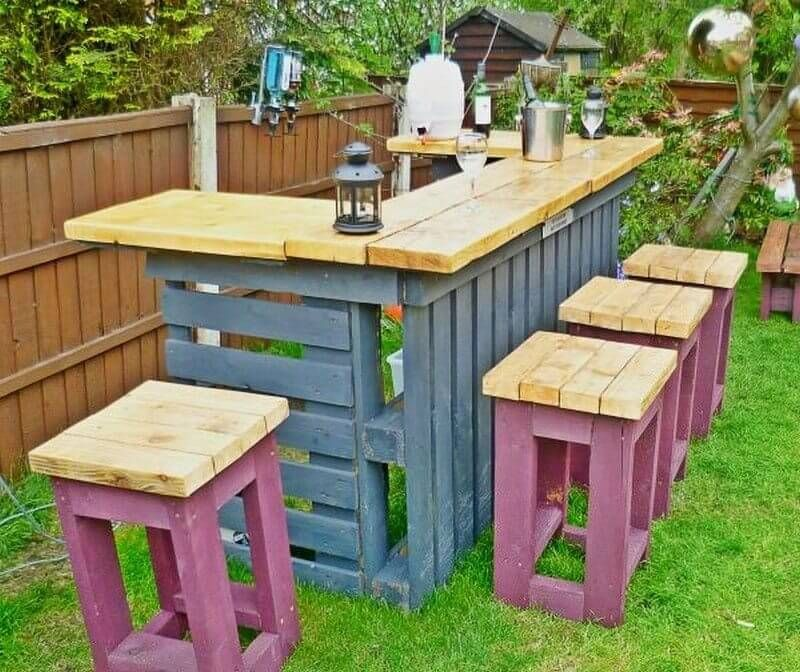 Outdoor Pallet Bar With Stools