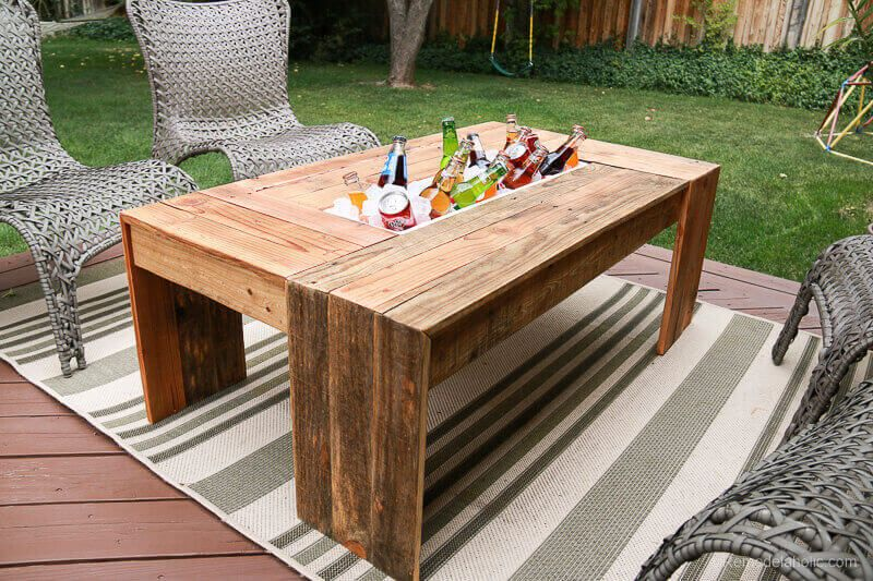 Outdoor Pallet Coffee Table With Drink Cooler