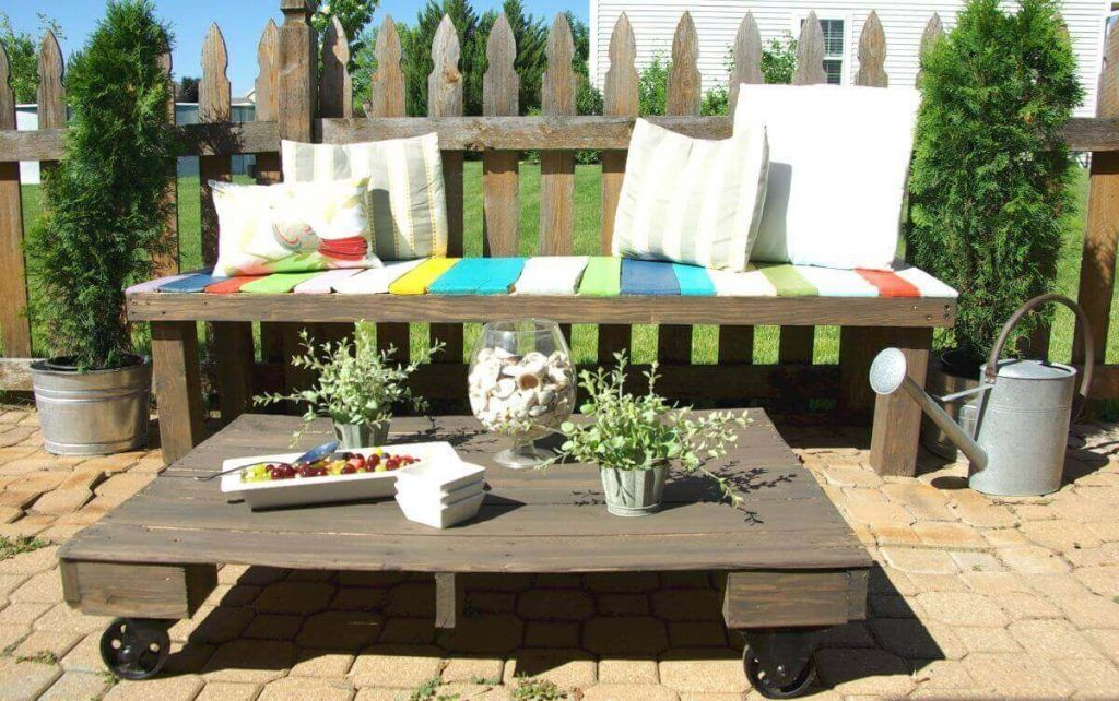 Outdoor Wood Pallets Coffee Table On Wheels